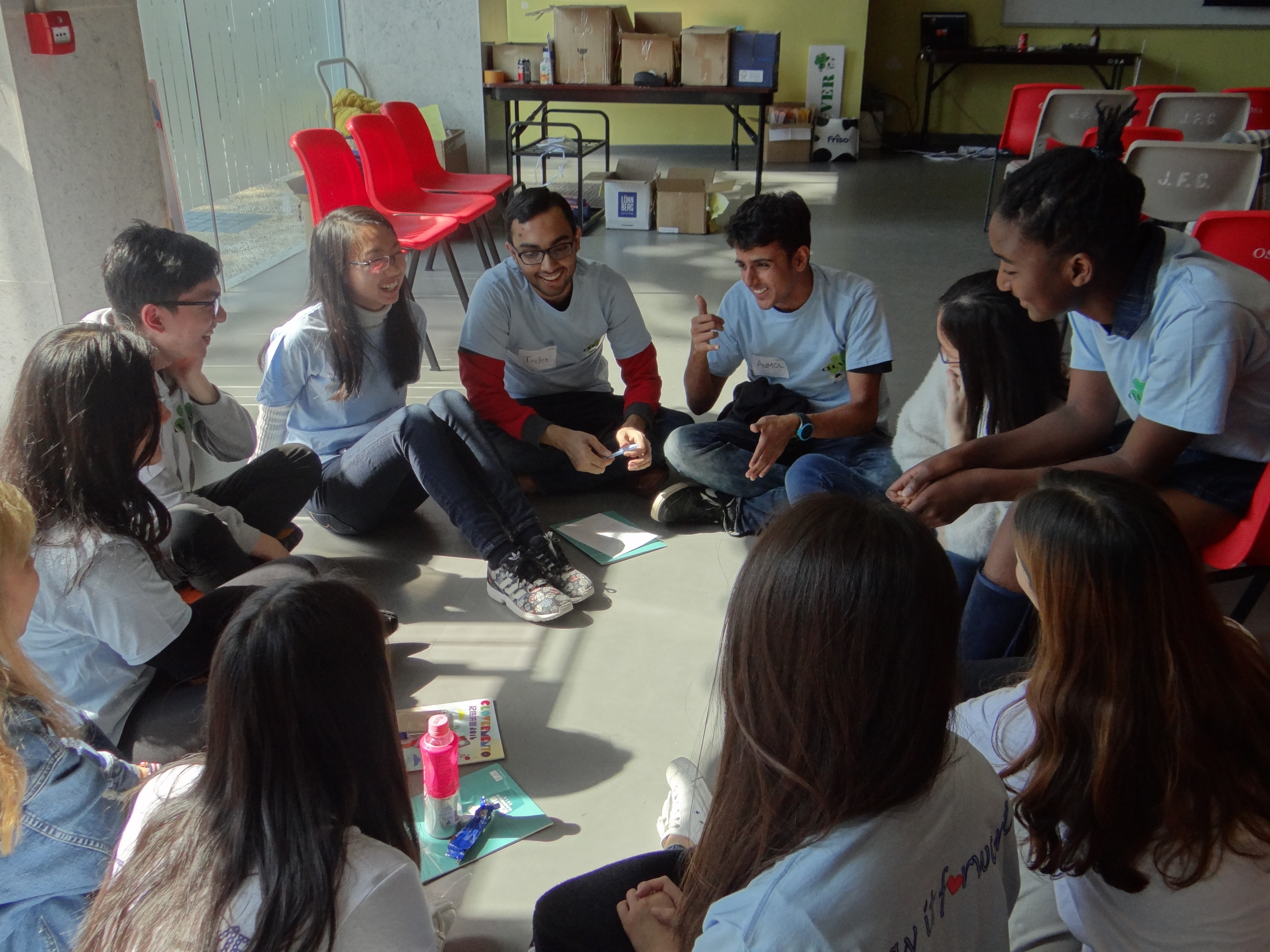 Local and non-local students participating in the CLOVER Programme have a group discussion