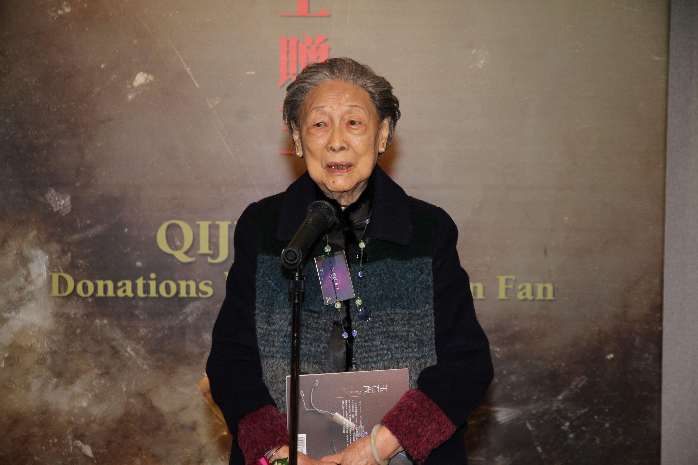 Ms. Wo-chun Fan delivers a speech.