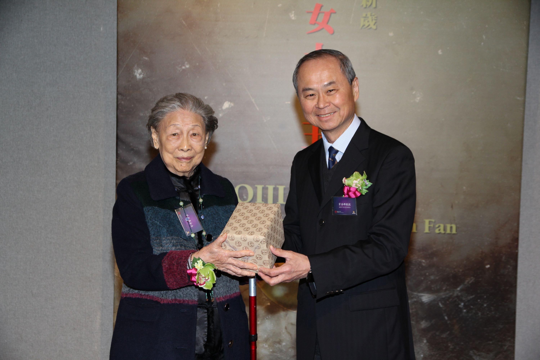 Prof. Fok Tai-fai, Pro-Vice-Chancellor/Vice-President, CUHK (right) presents a souvenir to Ms. Wo-chun Fan.