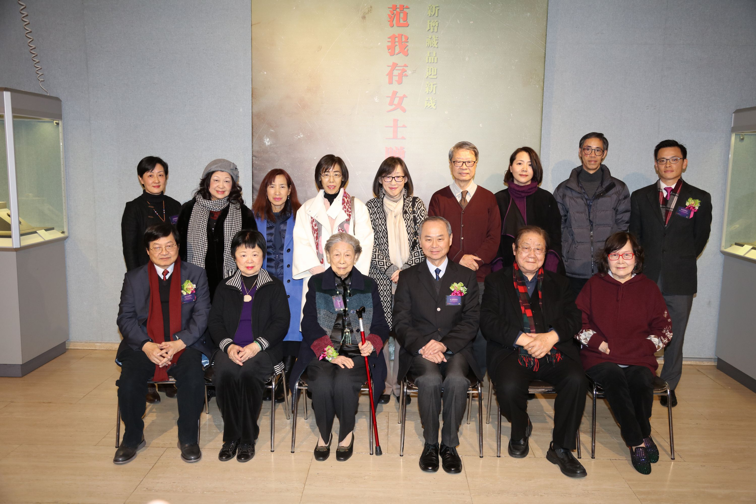 Ms. Wo-chun Fan and Prof. Fok Tai-fai pose for a group photo with guests.