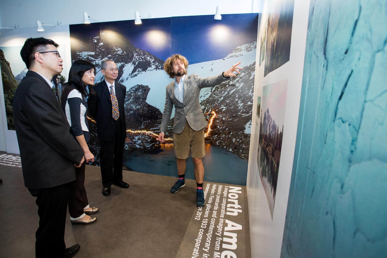 Klaus Thymann先生向嘉賓講解「冰消瓦解」專題展覽。