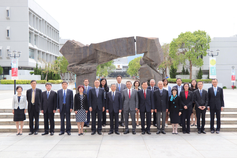國家教育部部長陳寶生先生(左七)率團訪問中大,與中大校長段崇智教授(右七)及代表合照。