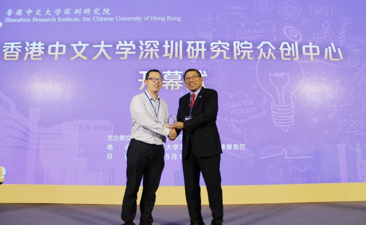 Professor Rocky S. Tuan, Vice-Chancellor and President of CUHK presents souvenir to representative of CUHK alumni
