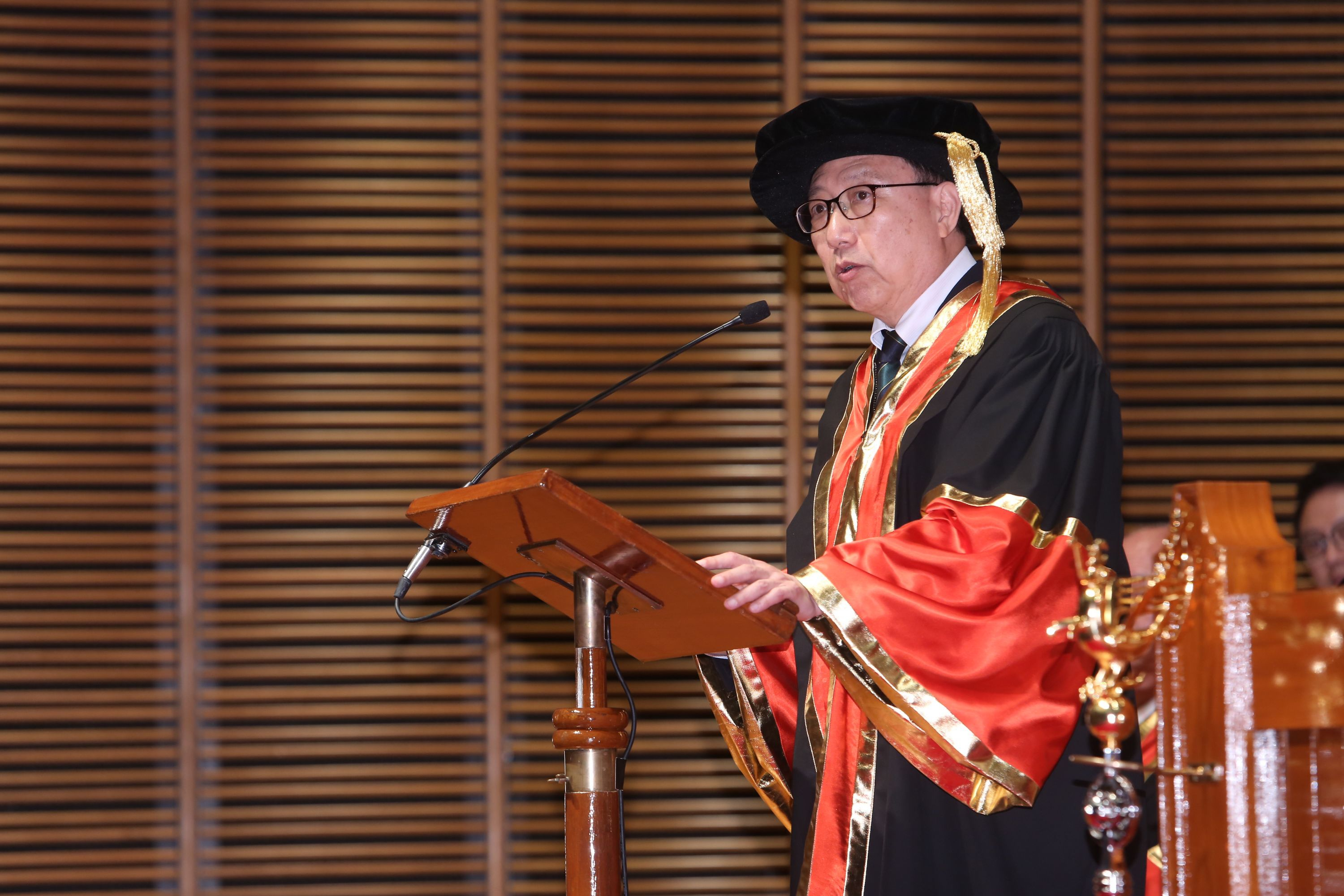 Dr. Chan Chi-sun delivers an acceptance speech.