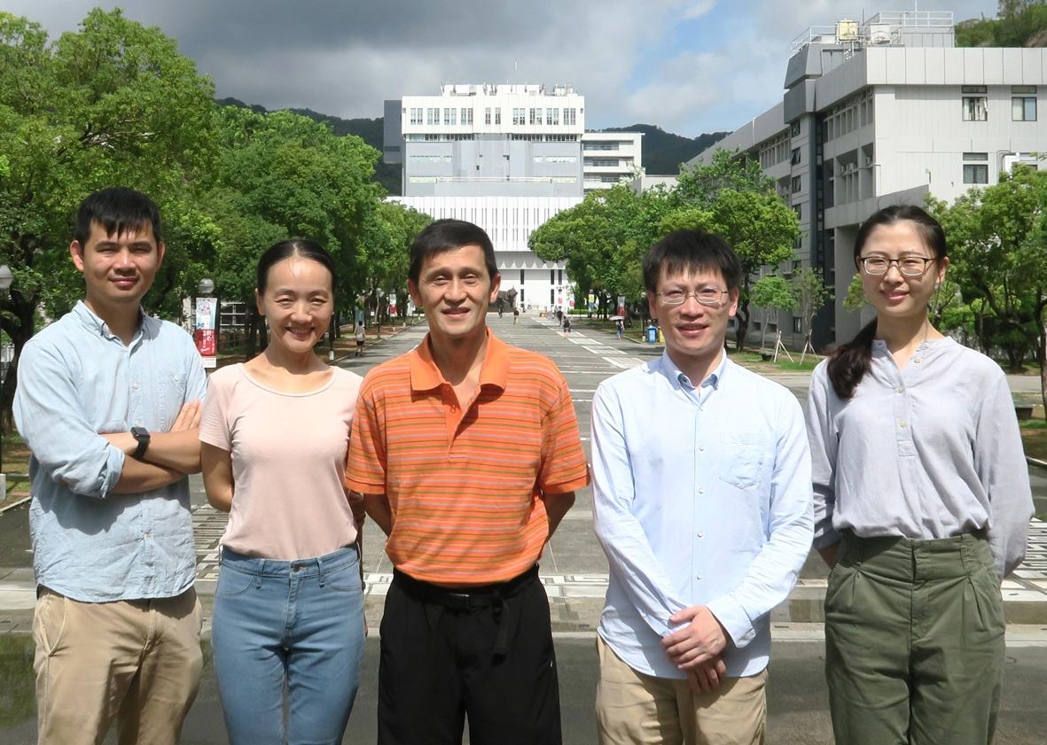 由中大生命科學學院姜里文教授(中)領導的研究團隊發現了一個新的植物特異ESCRT負調控因數BRAF蛋白在MVB/PVC中腔內小泡的形成和膜蛋白降解分選過程中的功能。左起:曾詠倫博士、趙瓊博士、姜里文教授、沈錦波博士及朱瑩。