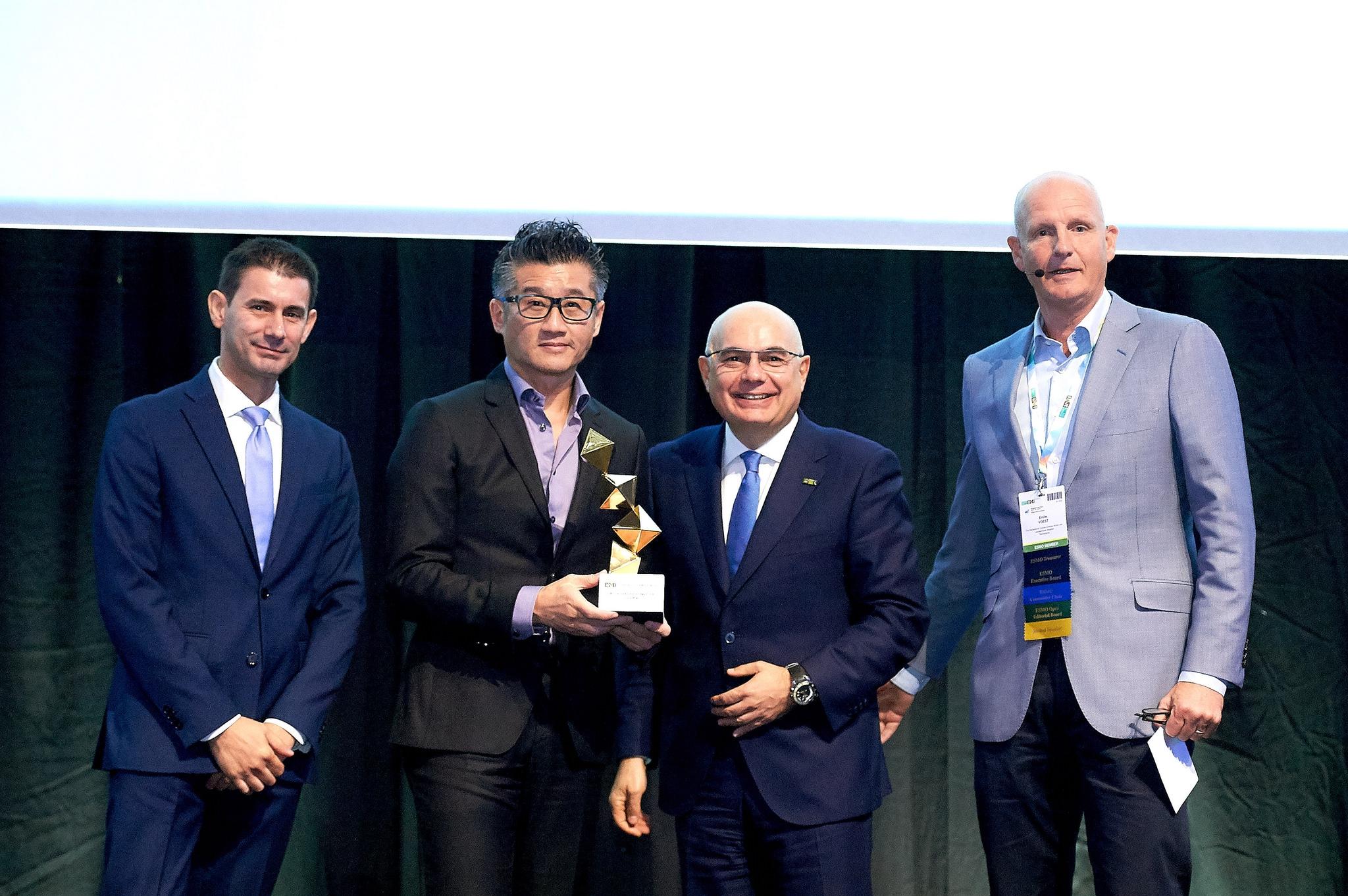 莫树锦教授(左二)获欧洲肿瘤学会颁发「终身成就奖」,表扬他的研究改写全球肺癌治疗的准则,是首名获此奖项的华人。 (相片由欧洲肿瘤学会提供)