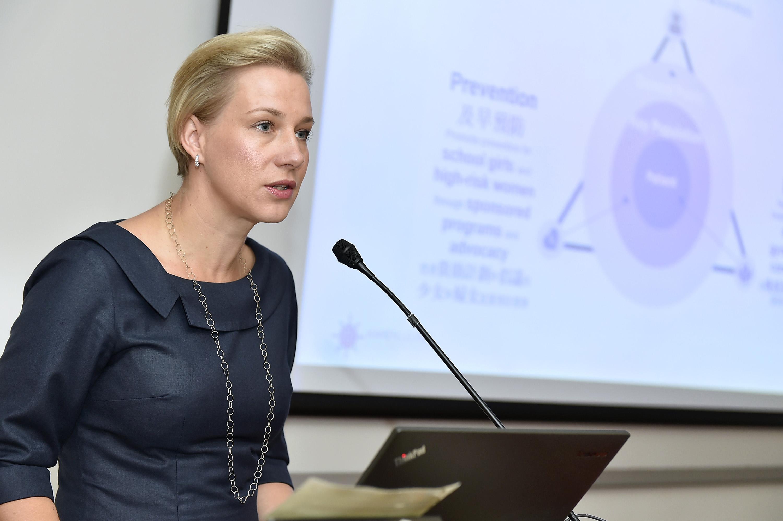 Katharina REIMER小姐分享在校园推广预防HPV及相关健康教育的经验。