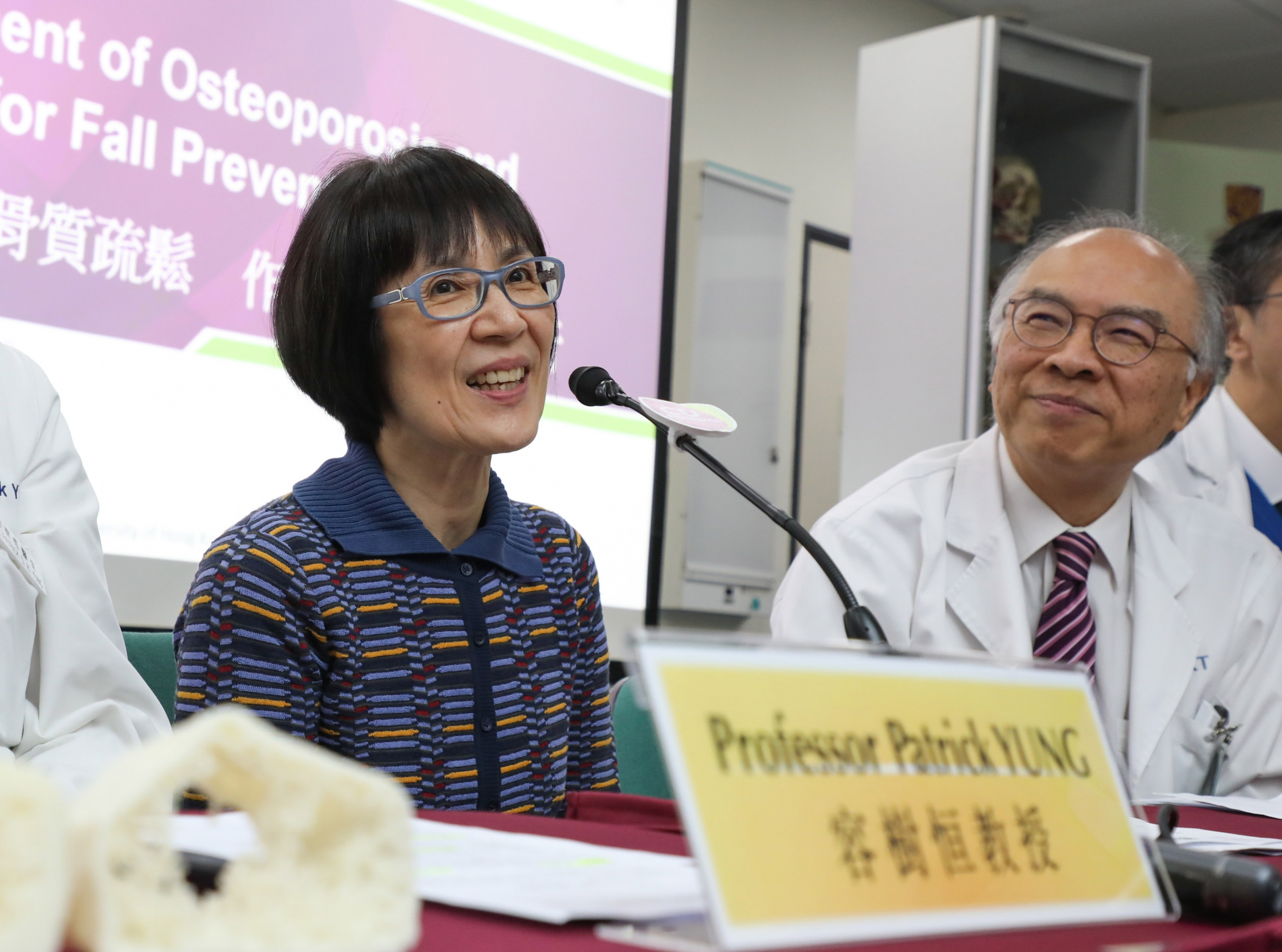 Professor Fanny CHEUNG (left), Pro-Vice-Chancellor of CUHK, advises the youngsters to have balanced diet and do regular exercise to lower the chance of osteoporosis.