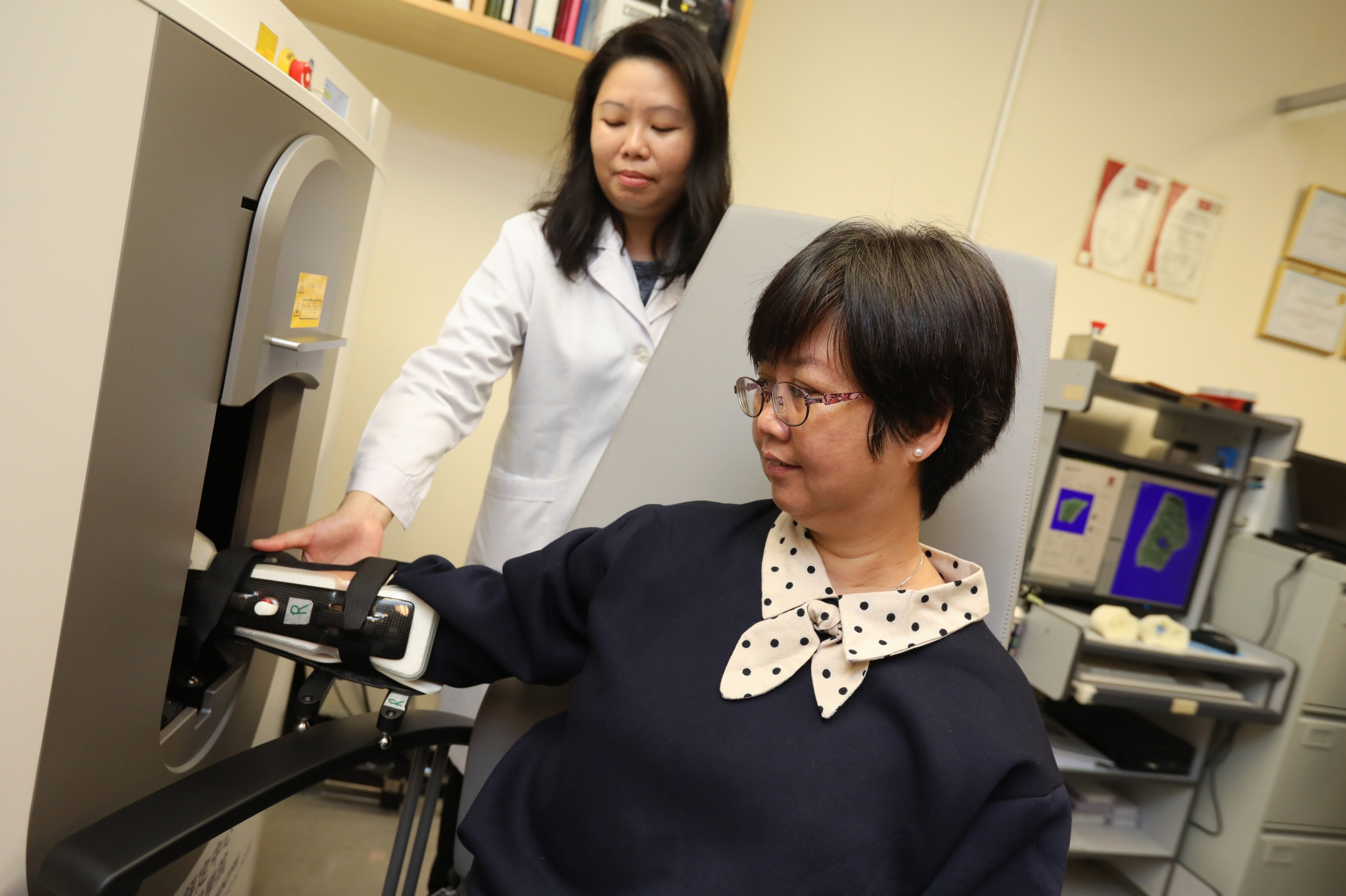 The 3D imaging device HR-pQCT can perform precise analysis of the bone micro-architecture and trabecular connectivity through scanning for calculating the bone strength. This photo shows the demonstration of HR-pQCT analysis on osteoporosis patient.