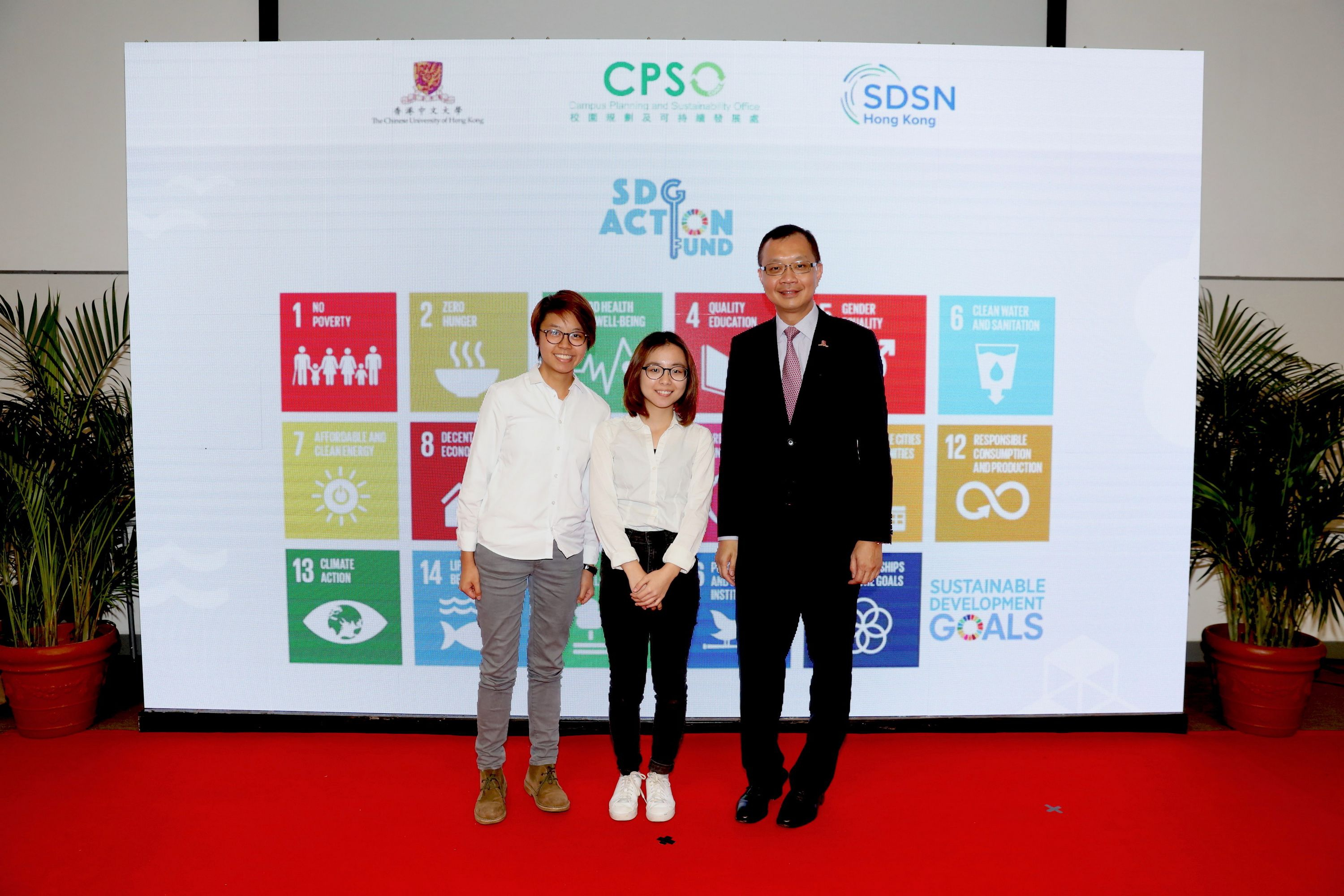 Mr Eric S.P. Ng with the student representatives of one of the pilot projects supported by the SDG Action Fund