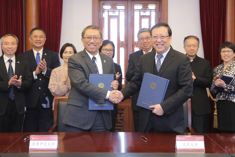 段崇智校長與郝平校長簽署雙學位課程合作備忘錄。
