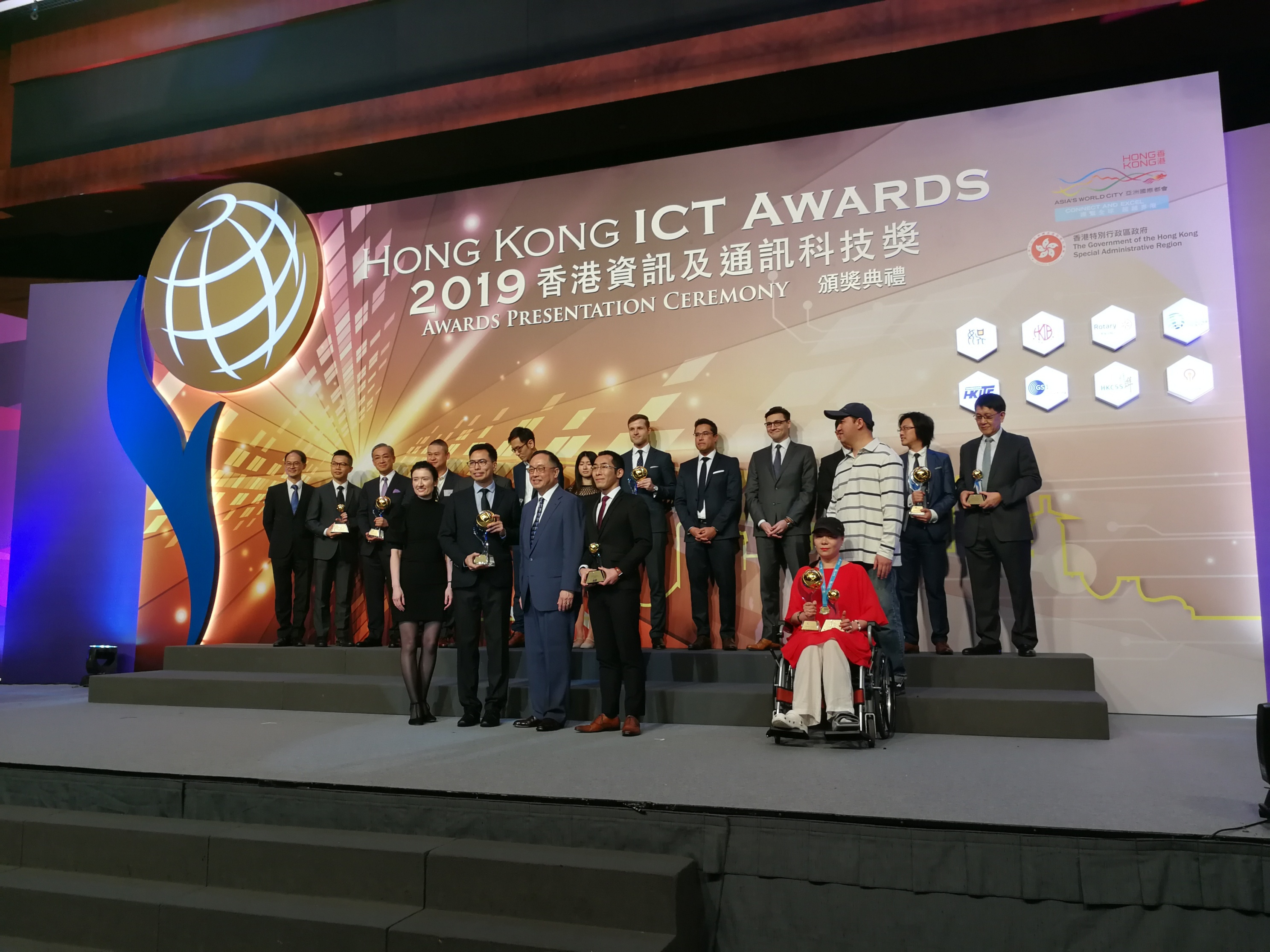 ACE VR Ltd. founded by the team of Professor Leung Kai-shun Christopher (2nd from left, front row), Dr. Alex Lam (4th from left, front row) and Miss Elaine To (1st from left, front row), from the Department of Ophthalmology and Visual Sciences at CUHK Medicine, is awarded the Smart Living Grand Award.
