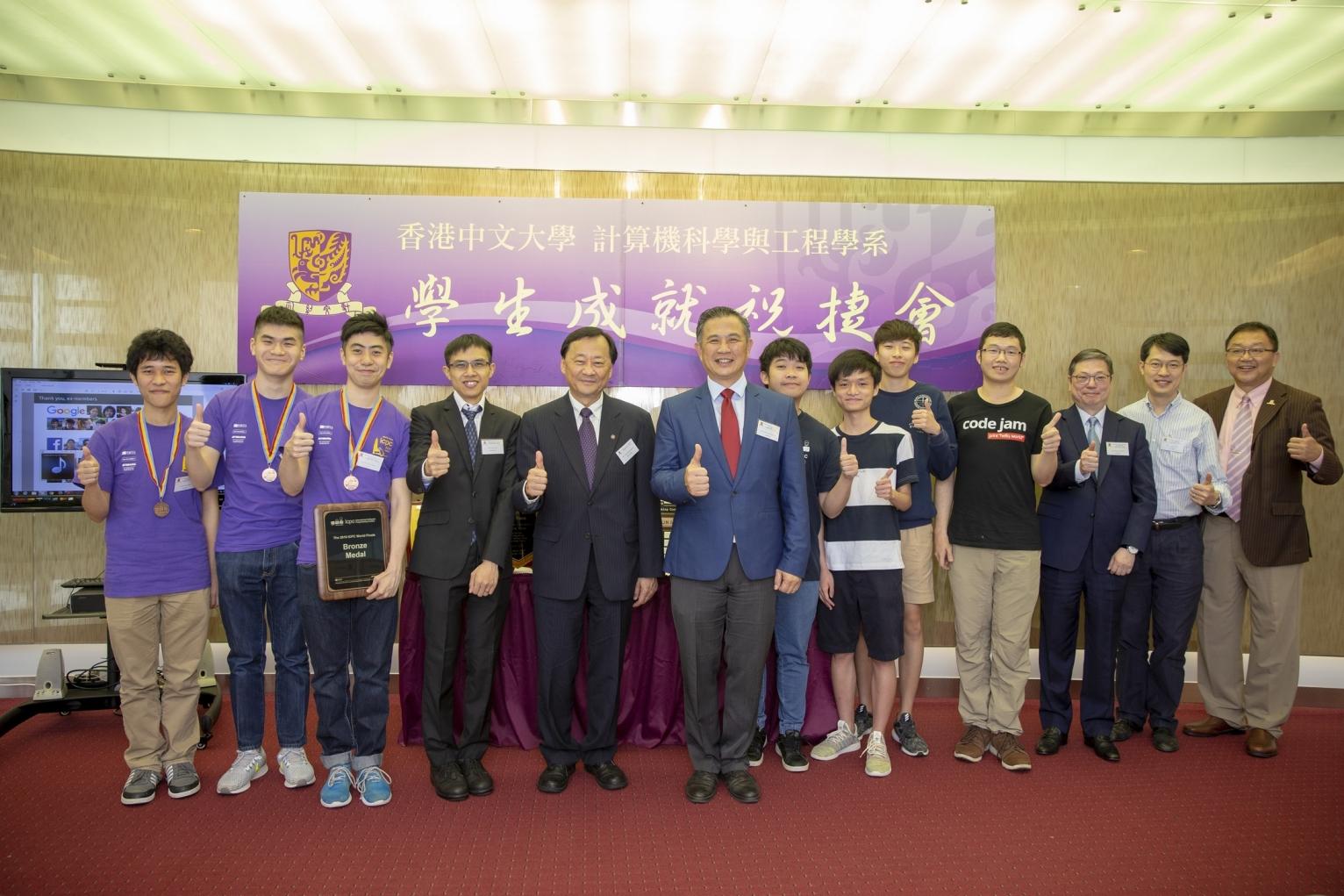 中大程式設計隊成員與出席嘉賓一同合照。