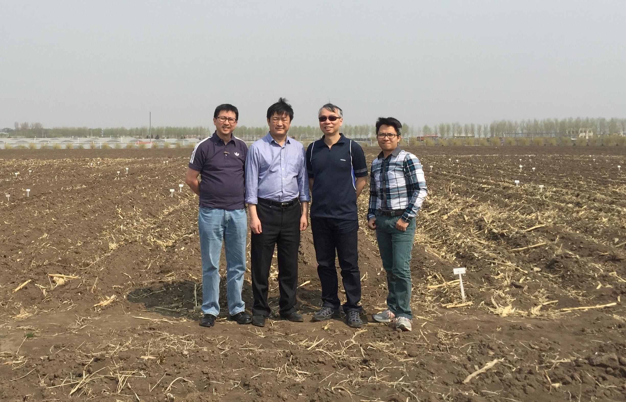 戴沛權教授(右一)、林漢明教授(右二)及其研究團隊。