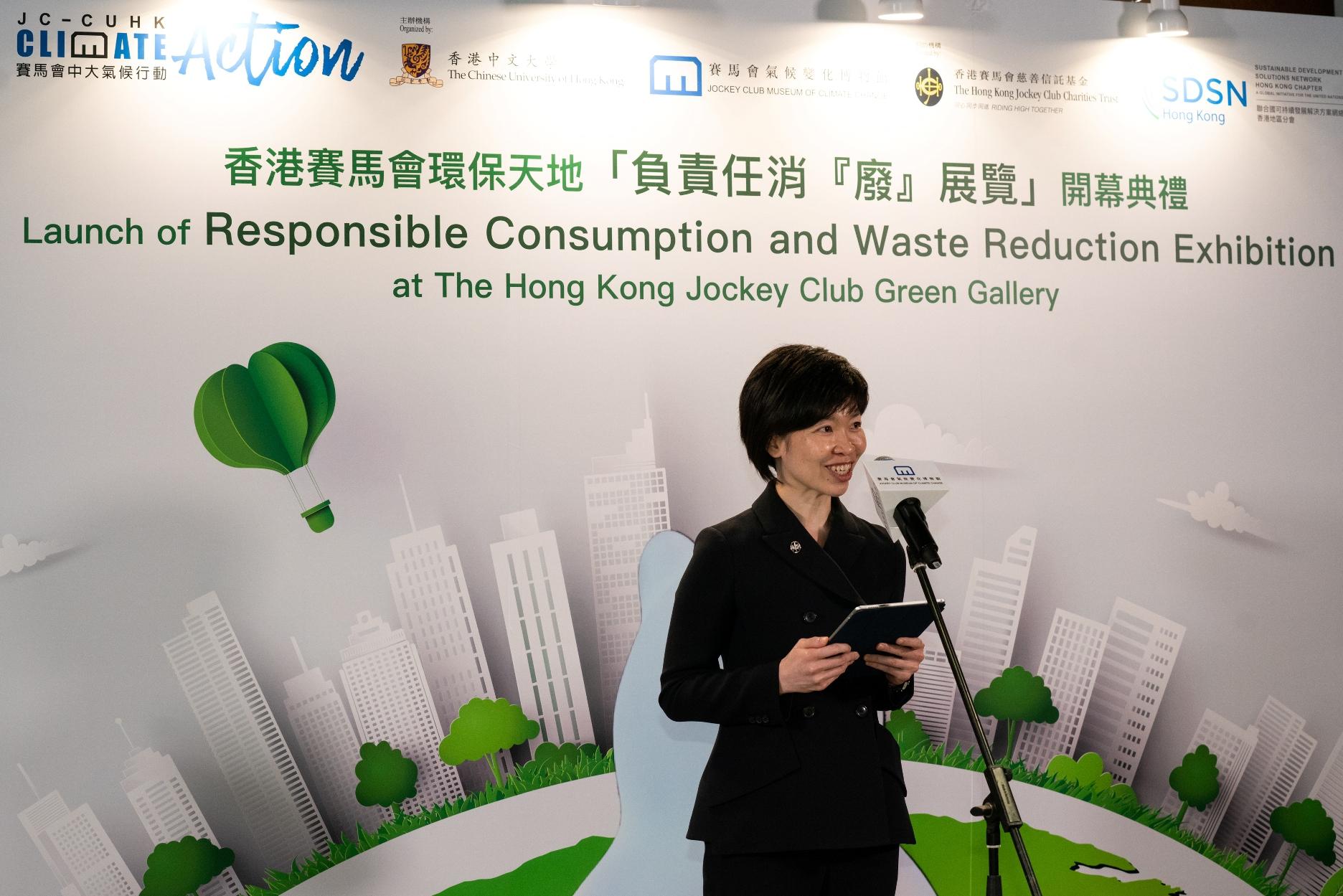香港赛马会慈善事务高级经理(体育及环保)邓咏茵小姐在典礼上致开幕辞