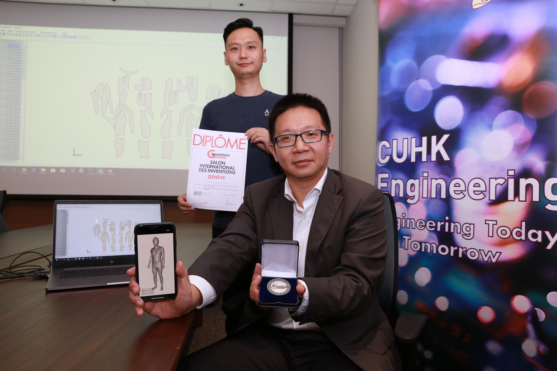 中大机械与自动化工程学系王昌凌教授(前)及其研究团队成员常凯(后)介绍「形状驱动技术」,此项目更于早前举行的第47届日内瓦国际发明展中荣获银奖殊荣。