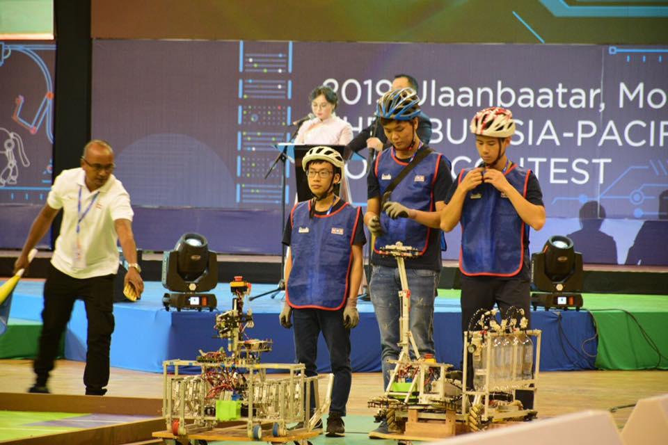 The competition is a relay race of automatic (left) and manual (right) robots. It challenges not only the stability and speed of the robots, but also powers of discretion of the members.