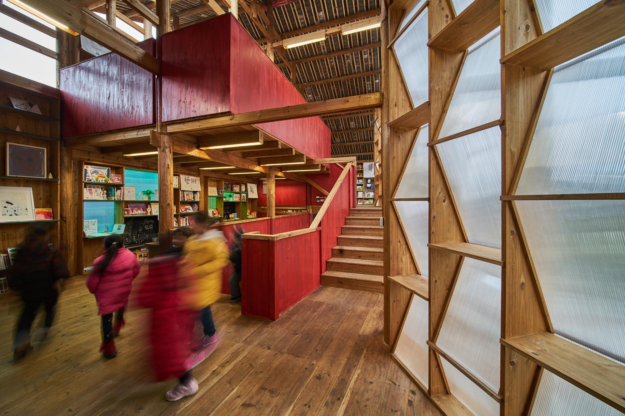 侗族人喜歡在樓梯聚集和玩耍,因此中央樓梯成為書屋設計的重點。