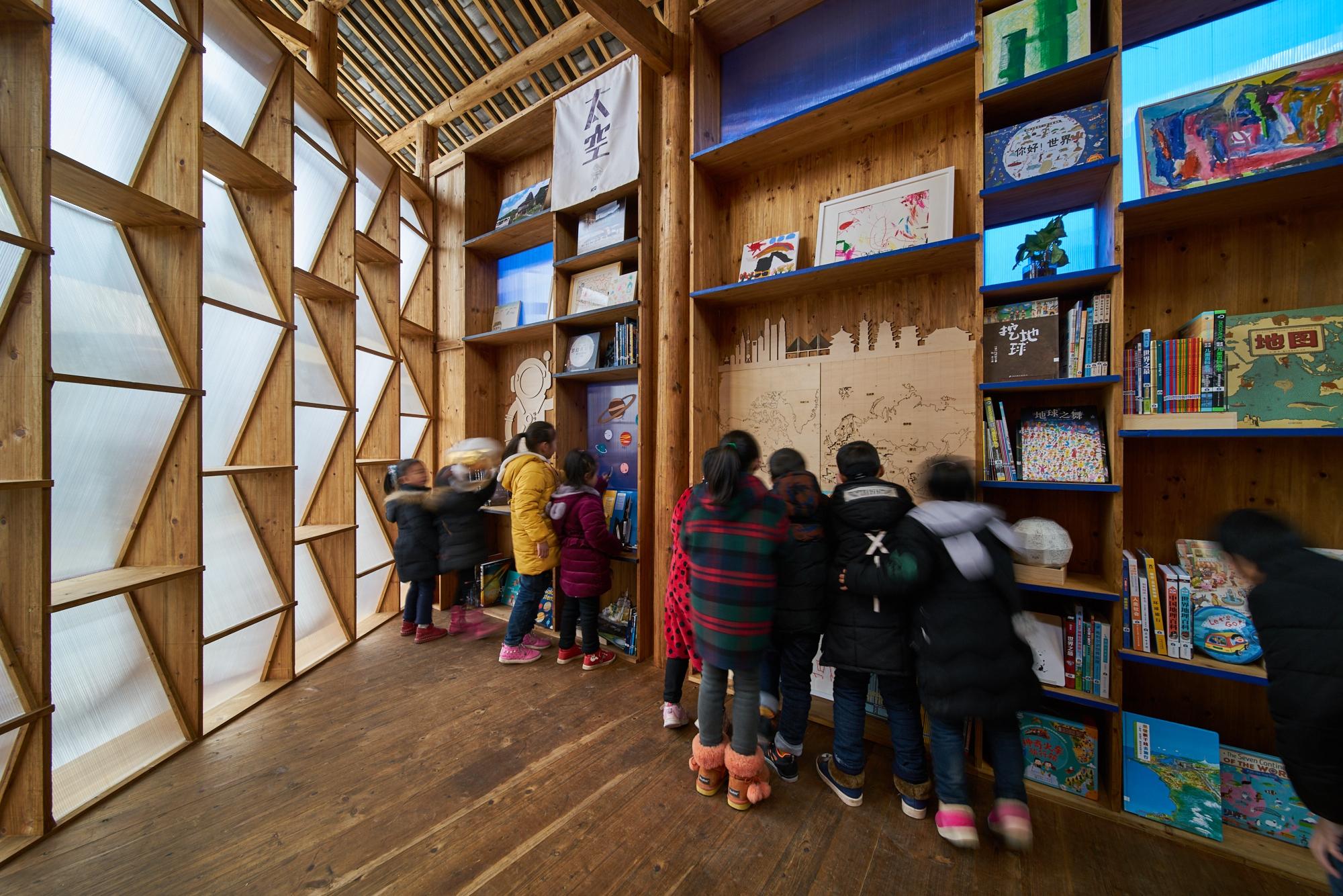 書屋外牆由書架和半透明膠板組成。