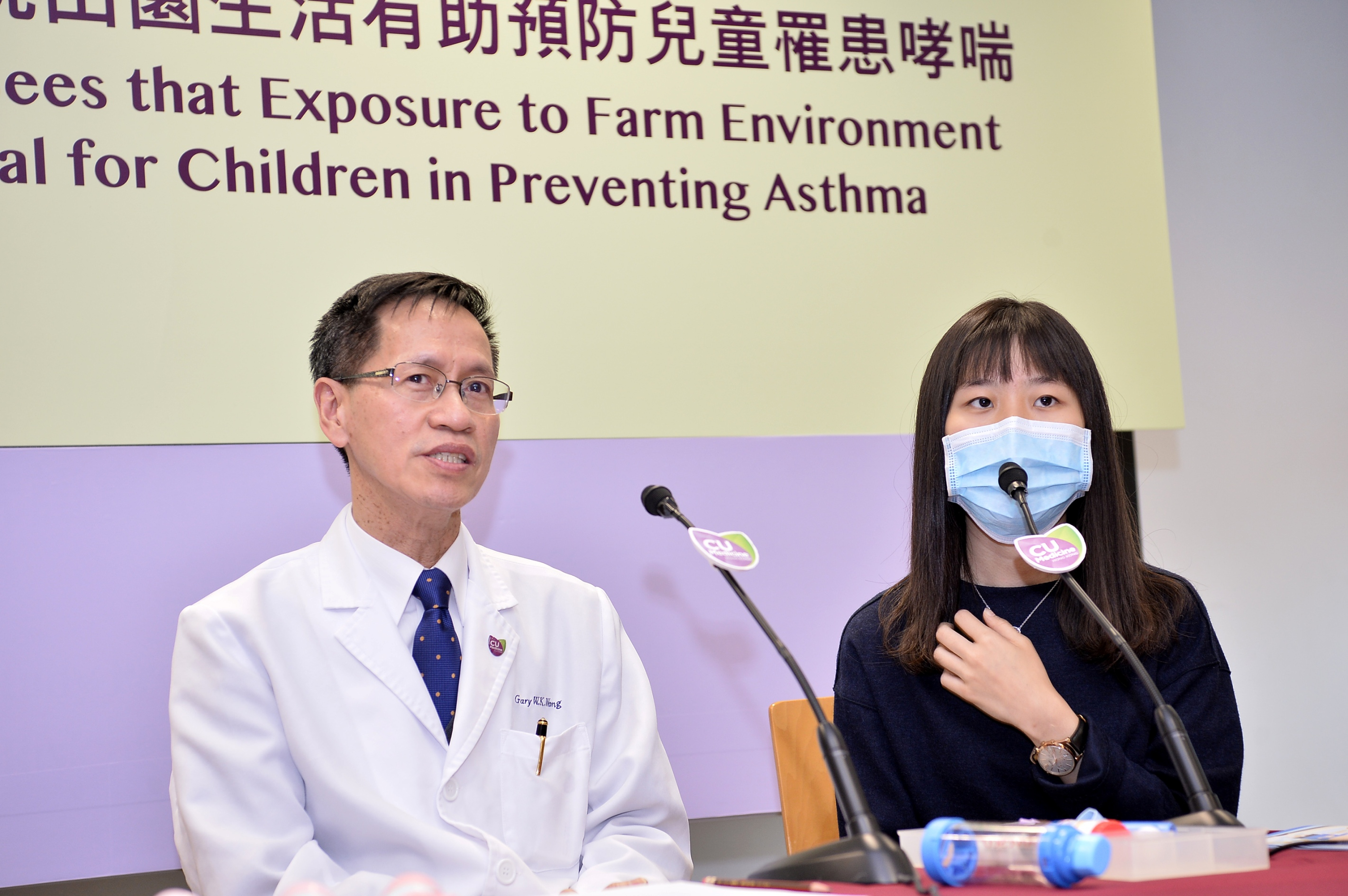 Summey (right) was admitted to the intensive care unit for asthma when she was 3 years old. She then followed the doctor's instructions to start swimming and now she has a good control of asthma.