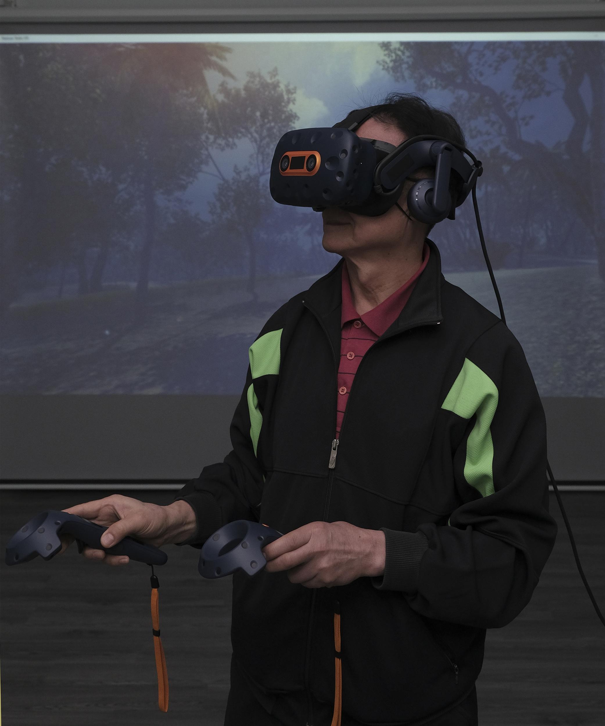 团队亦正测试运用虚拟实境(VR)游戏,以增加训练的趣味性,帮助长者缓解痛症。