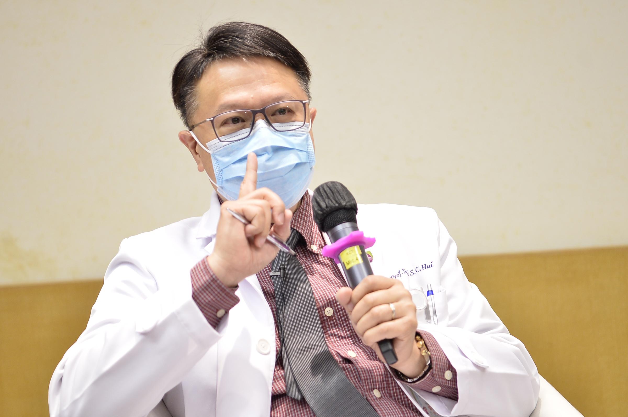 许树昌教授指出,私家医生及公立医院可采用抽血方法,为有持续上呼吸道感染症状及发烧的病人及早确诊是否感染病毒性肺炎。