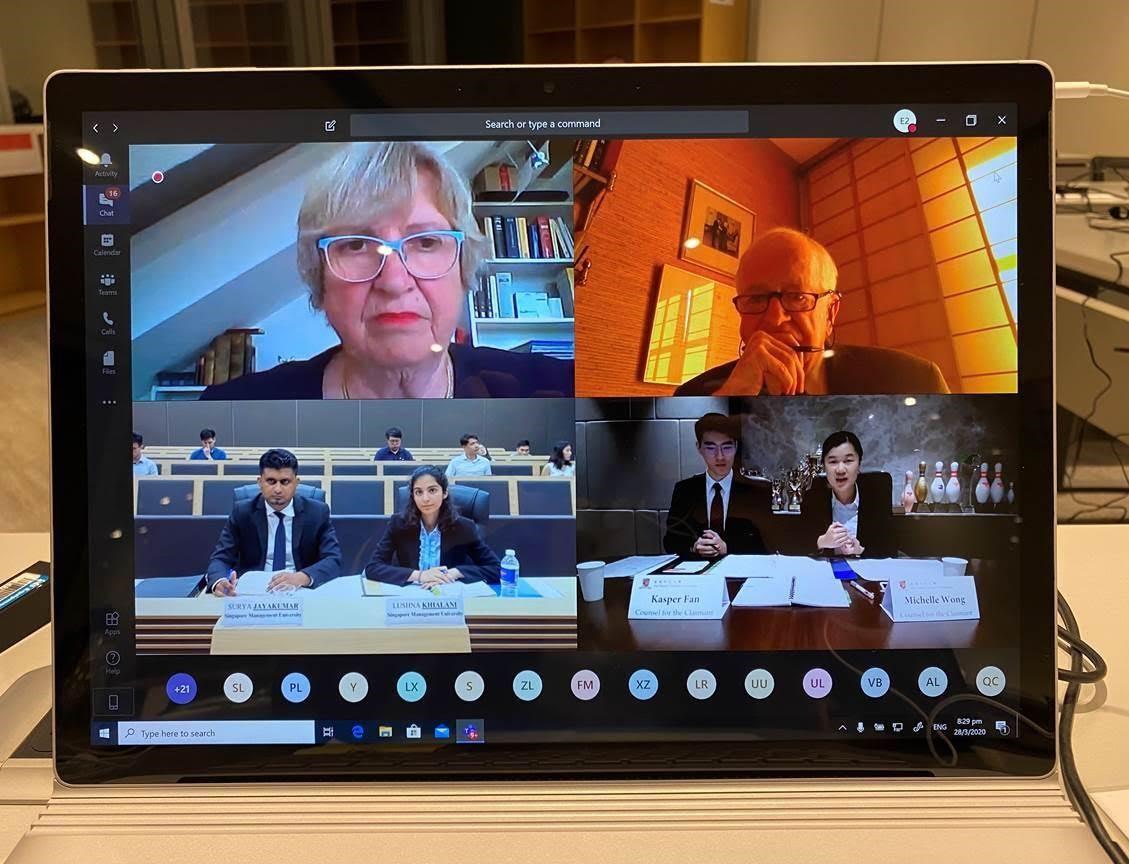 中大法律学院团队成员(右下)于四强赛透过视像形式,与来自新加坡管理大学的代表 (左下),在评判(左上及右上)面前进行辩论。