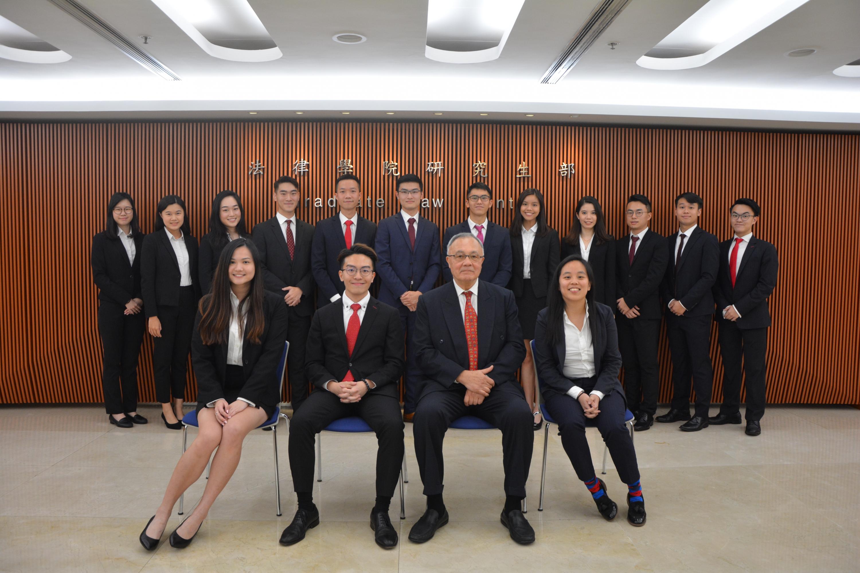 中大法律学院团队成员与教练罗德士教授 (前排右二) 合照。