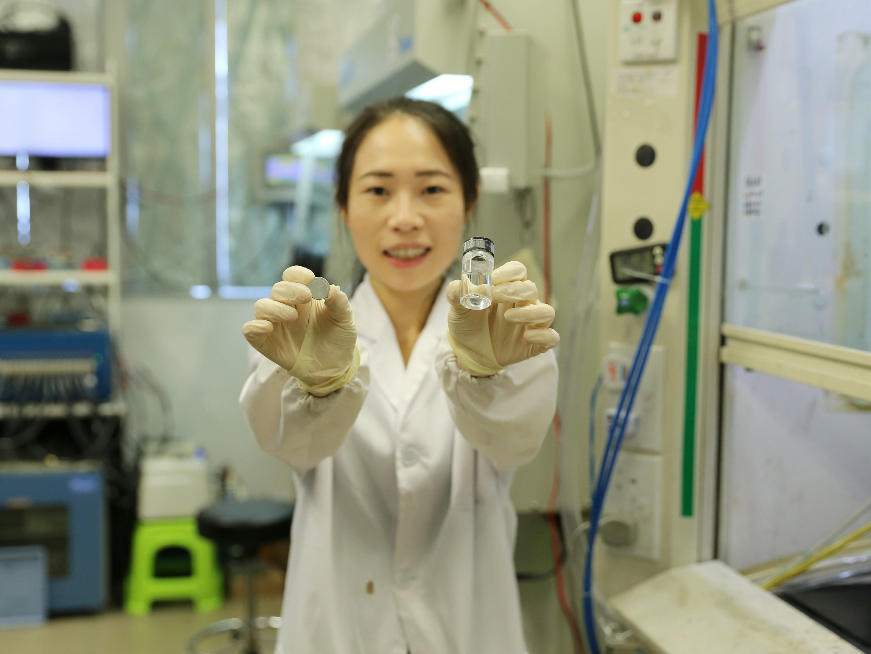 Prof. Lu presents molecular crowding electrolyte and battery prototype.