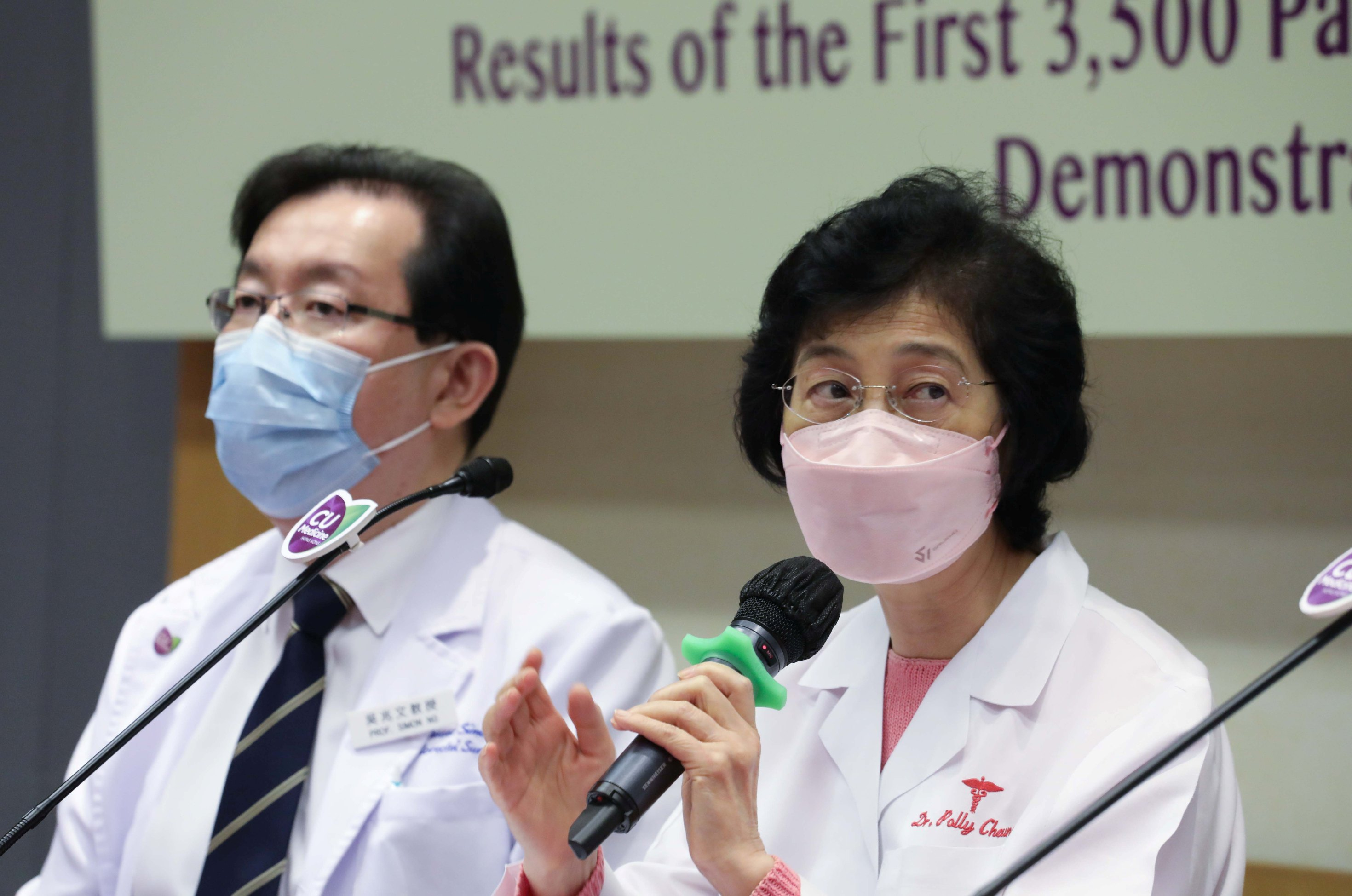 张淑仪医生(右)提醒,女士一般情况下应每两年进行一次乳房筛查。