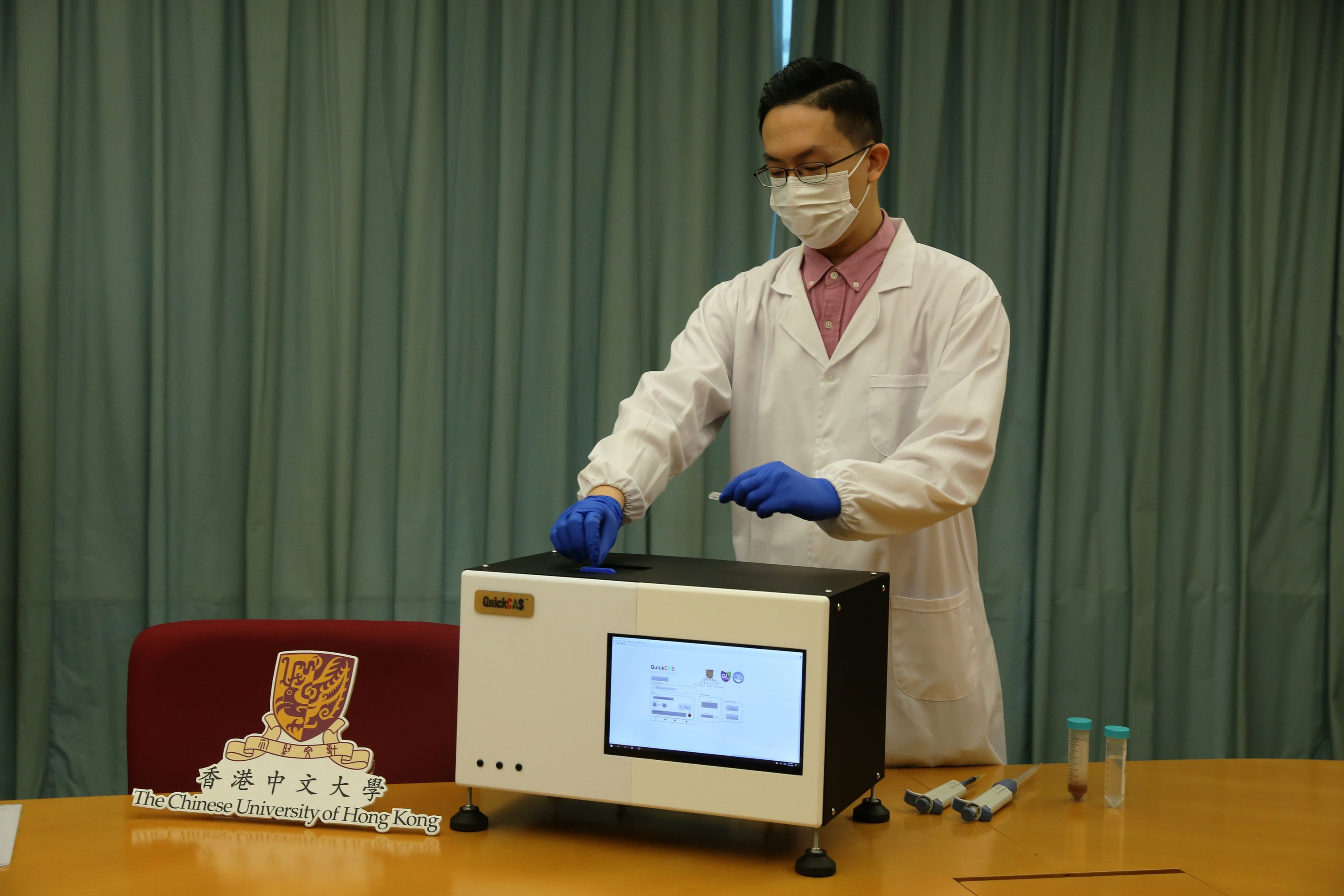 """The project team demonstrates the detection process of microrobotic detection system, """"QuickCAS""""."""