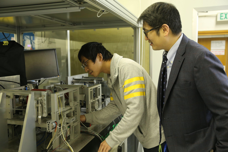 陳世祈教授及其團隊成員李成林博士開發了一個以柔性材料為基礎的精密卷對卷多層印刷系統,實現了納米級的印刷精度以及亞微米級的對準精度。