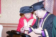 吳冠中教授簽署香港中文大學榮譽博士名冊。