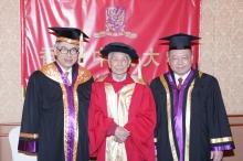 左起:劉遵義校長、吳冠中教授與中大秘書長梁少光先生。
