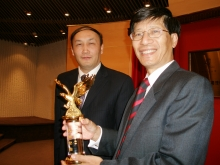 Professor Yang Wei (left) presented souvenir to Professor Kenneth Young.