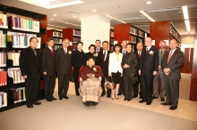Dr & Mrs Lee, their family members and members of the University took a picture at the Lee Quo Wei Law Library.