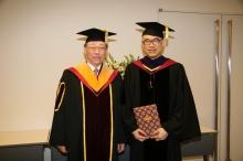 香港中文大学校长刘遵义教获日本早稻田大学颁授荣誉法学博士学位后,与该校校长白井克彦教授合照。