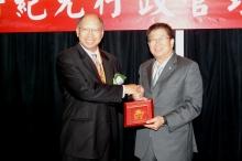 九龍總商會理事長劉志偉先生於開幕典禮致送紀念品予天主教輔仁大學校長黎建球教授。