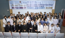 Members of the department, ENT doctors and patients took a group photo together.