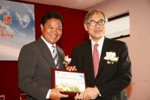 劉遵義教授致送紀念品予中華人民共和國外交部駐香港特別行政區特派員公署呂新華先生