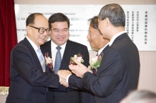 Dr Li Ka-shing shares a relaxing moment with Dr Edgar Cheng, Council Chairman of CUHK, after the opening ceremony, while Mr Anthony Wu, Chairman of the Hospital Authority (second from the left) and Professor Tai-fai Fok, Dean of the Faculty of Medicine of CUHK, look on (far right).