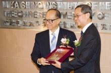 Professor Tai-fai Fok, Dean of the Faculty of Medicine of CUHK, presents a souvenir to Dr Li Ka-shing to thank his support for medical education.