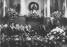 杨振宁教授于一九五七年十月荣获诺贝尔物理学奖,成为首位获此殊荣的华人