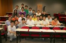 本学期正修读杨振宁教授主讲的物理学课程的学生与杨教授合摄