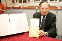 杨振宁教授的诺贝尔奖章和手稿