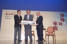 香港中文大學署理校長廖柏偉教授(右)與副校長兼逸夫書院院長程伯中教授(左)致送紀念品予曾俊華先生。