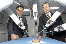 葉錦洪教授(左)及中大外科學系泌尿科專科醫生吳志輝教授(右)