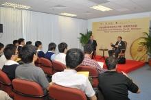 威曼教授与数十名大学生及中学生叙话