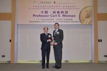 新地执行董事黄奕鉴先生(左)致送纪念品予威曼教授