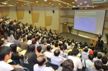 讲座吸引约三百名人士参与,座无虚席